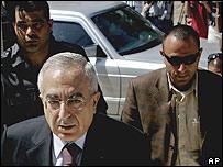El flamante primer ministro palestino, Salam Fayad, llega al Consejo de Ministros para participar de  la reunión de emergencia del gabinete