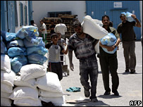 Palestinians carrying international humanitarian aid in Gaza City (archive)