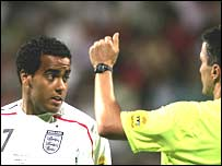 Tom Huddlestone is sent off by German referee Kircher Knut