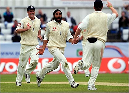 Monty Panesar (centre) celebrates the dismissal of Denesh Ramdin
