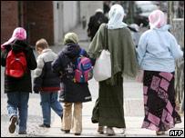 امرأتان مسلمتان وأطفال بحجاب في برلين، 13 أبريل/نيسان 2006