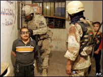 US and Iraqi soldiers detain a man in Baquba (09/07/07)