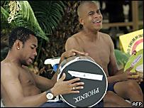 Robinho (izq.) y Alex Silva tocan instrumentos musicales en el hotel de Maracaibo, Venezuela, donde se aloja la selecci�n de Brasil