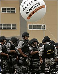 Polic�as al frente de el edificio de una de las piscinas de los Juegos Panamericanos