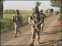 Soldados estadounidenses patrullan en Irak.