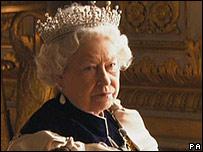 Isabel II de Inglaterra con el ceño fruncido