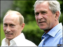 Russian President Vladimir Putin (l) and US President George W Bush (file image from 02/07/2007)