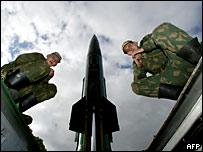 Российские солдаты и ракета