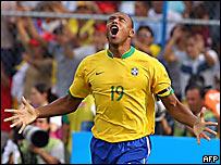 Julio Baptista celebra su gol