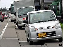 Машины на поврежденной дороге