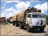 Camiones del PMA llevan comida a desplazados de Mogadiscio