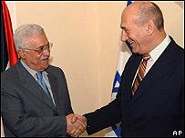 Ehud Olmert (dcha.) y Mahmoud Abbas