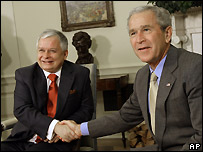 Polish President Lech Kaczynski (l) and US President George W Bush - 16/07/2007