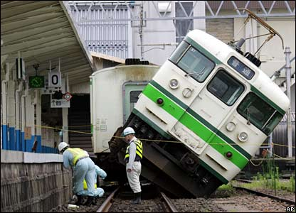 Derailed train, Kashiwazaki station, 17/07/07