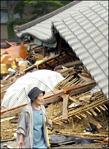 Resident walks past wrecked house, Kashiwazaki, 17/07/07