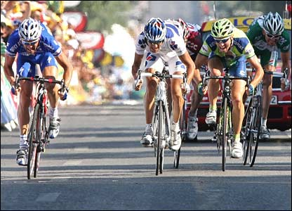 A five-man group of Voigt, Cedric Vasseur, Michael Albasini, Patrice Halgand and Sandy Casar break for the finish