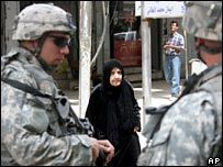 US soldiers and an Iraqi woman in Baghdad (file picture)
