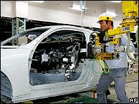 Obrero japonés ensambla un automóvil en la planta de Nissan