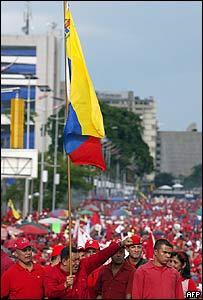 El presidente Hugo Chávez y una bandera venezolana durante una manifestación en Caracas.