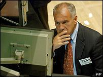 Un especialista en mercados mirando un monitor en la Bolsa de Nueva York, 19 de julio de 2007