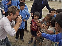 Jude Law visits a youth centre managed by the Afghan Red Crescent Society (2007/Unicef)