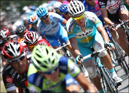 Alexandre Vinokourov rides in the peloton