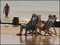 Gente tomando el sol en la playa