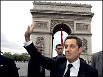 El nuevo presidente francés Nicolas Sarkozy, saluda a simpatizantes