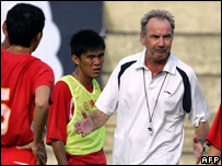 Vietnam's soccer coach Alfred Riedl during a team training session (19 July, 2007)