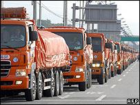 South Korean trucks take food aid into North Korea - 20/07/07