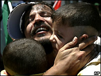 Palestinian family embraces after prisoner release - 20/07/2007