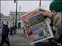Lector de un periódico en Chile.