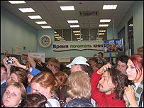 Толпа в книжном магазине