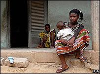 Niña de 17 años con su hijo bebé, en Guiglo, Costa de Marfil