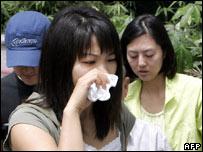 Ciudadana surcoreana llora por      los secuestrados en Afganistán