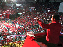 Hugo Chávez habla en una asamblea