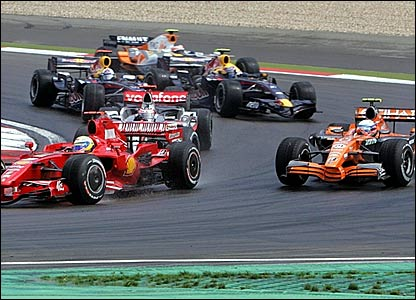 Felipe Massa (left) overtakes Markus Winkelhock (right)