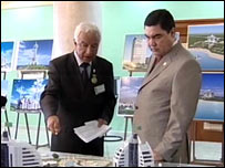 President Kurbanguly Berdymukhamedov (r) viewing the project ( image: Turkmenistan TV)