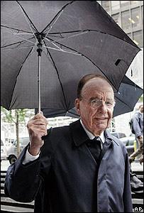 Rupert Murdoch, hacia una reuni�n con el clan Bancroft, en Nueva York
