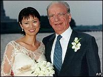 Rupert Murdoch y su tercera esposa, Wendi Deng, en su luna de miel, 1999