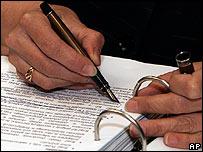 Funcionaria europea revisa un texto durante negociaciones acerca de la UE.