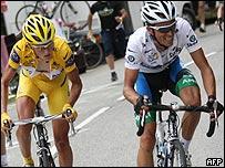 Alberto Contador (der.) y Michael Rasmussen (izq.)