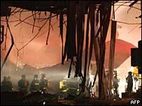 Socorristas buscan cuerpos momentos después del accidente del 17 de julio de 2007 en Sao Paulo, Brasil.