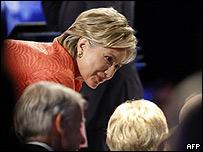 Hillary Clinton habla con público en el debate de YouTube