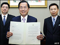 Taiwan President Chen Shui-bian (centre) with a previous UN application - 20/07/07