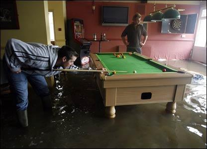 Бильярд в затопленном пабе