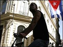 Ciclista en calle de La Habana.