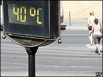 Public thermometer in Budapest showing 40C, 15 July 07