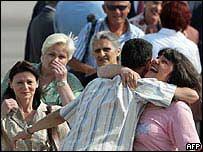 La enfermera búlgara Valya Cherveniashka celebra con un familiar a su arribo al aeropuerto de Sofía