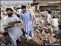 Viviendas destruidas por cohetes en Bannu, Pakistán